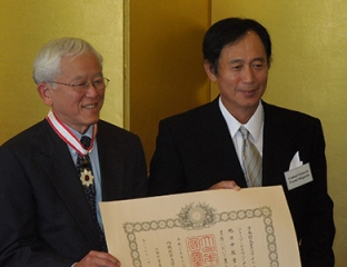 Dr. George Tanabe (left) accepts the commendation from Consul General Toyoei Shigeeda.